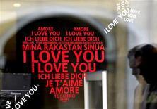 <p>Мужчина проходит мимо украшенной витрины магазина в Санкт-Петербурге, 13 февраля 2007 года. Люди ищут любовь везде, даже в интернете, но подчас ее поиски связаны не с попыткой выразить чувства или сделать приятное близкому, а вещами более банальными: желанием найти понравившийся фильм или песню. REUTERS/Alexander Demianchuk</p>