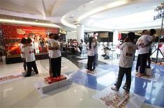 <p>Quatorze couples tentent de battre, dans la station balnéaire thaïlandaise de Pattaya, le record du monde du plus long baiser, soit plus de 32 heures à rester lèvres jointes. Le marathon a débuté dimanche./Photo prise le 14 février 2011/ REUTERS/Chaiwat Subprasom</p>