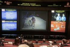 """<p>Un grupo de técnicos revisa la transmisión del proyecto espacial Mars 500 en Korolyov, Rusia, feb 14 2011. La tripulación de una misión internacional simulada a Marte """"aterrizó"""" en el planeta rojo el lunes, quedando a mitad de camino de un ambicioso experimento de un año y medio para poner a prueba la dificultad de los viajes interplanetarios. REUTERS/Alexander Natruskin</p>"""
