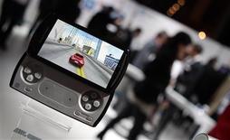 <p>Sony Ericsson a dévoilé dimanche à Barcelone son très attendu smartphone PlayStation, le Xperia Play, destiné à mener sur le champ de la téléphonie mobile la bataille entre constructeurs de consoles de jeux. /Photo prise le 14 février 2011/REUTERS/Albert Gea</p>