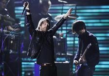 """<p>Foto de archivo de la presentación del grupo Radiohead en la entrega de los premios Grammy en Los Angeles, feb 8 2009. Radiohead lanzará su nuevo álbum """"The King of Limbs"""" este fin de semana en una versión digital disponible en Internet, dijo el lunes la banda. REUTERS/Lucy Nicholson</p>"""