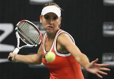 <p>Елена Веснина отбивает удар на турнире Paris Open в Париже 10 февраля 2010 года. Российская теннисистка Елена Веснина не смогла преодолеть барьер первого круга на турнире Dubai Open, проходящем в ОАЭ. REUTERS/Regis Duvignau</p>