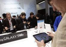 <p>Des visiteurs découvrent le Galaxy Tab 10.1, nouvelle version de la tablette numérique de Samsung, dont l'appareil est considéré comme le seul concurrent à la hauteur de l'iPad d'Apple. /Photo prise le 15 février 2011/REUTERS/Albert Gea</p>