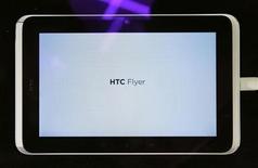 <p>El nuevo tablet de HTC, Flyer, durante su presentación en la feria mundial de móviles de Barcelona, España, feb 15 2011. El fabricante taiwanés de teléfonos HTC presentó el martes dos modelos centrados en las redes sociales, especialmente en Facebook, y su primer Tablet PC, que entra en un mercado ya abarrotado. REUTERS/Albert Gea</p>