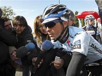"""<p>Испанец Альберто Контадор перед стартом """"Тур Алгарве"""" в Фару 16 февраля 2011 года. Троекратный победитель """"Тур де Франс"""" испанец Альберто Контадор вернулся к соревнованиям всего через день после отмены годового запрета на участие в велогонках, стартовав в среду на португальской многодневке """"Тур Алгарве"""". REUTERS/Carlos Brito</p>"""