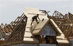 <p>A builder works on the the roof of a new home under construction in the Montreal suburb of Brossard, August 10, 2010. REUTERS/Shaun Best</p>