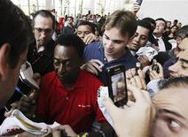 <p>Pelé é cercado por torcedores antes de conceder entrevista em São Paulo nesta sexta-feira. REUTERS/Paulo Whitaker</p>