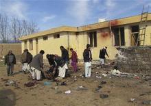 <p>Жители района Имам-Сахиб несут человека, погибшего в результате нападения экстремиста-смертника, 21 февраля 2011 года. Как минимум 20 человек погибли и еще столько же получили ранения в результате взрыва, устроенного экстремистом-смертником в северной афганской провинции Кундуз в понедельник, сообщили власти. REUTERS/Wahdat</p>