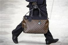 <p>A model presents a bag for French fashion house Louis Vuitton as part of their Fall/Winter 2009/10 men's ready-to-wear fashion collection at Paris Fashion Week January 22, 2009. REUTERS/Charles Platiau</p>