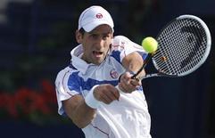 <p>Novak Djokovic durante jogo contra Michael Llodra em Dubai. 22/02/2011 REUTERS/Jumana El-Heloueh</p>