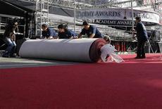 <p>Trabalhadores estendem tapete vermelho em preparações para o Oscar, em Hollywood. 23/02/2011 REUTERS/Danny Moloshok</p>