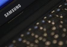 <p>Логотип Samsung на ноутбуке, сфотографированном в Сеуле, 7 октября 2010 года. Samsung Electronics Co Ltd объявила о начале продаж нового ультратонкого ноутбука 9 серии, ведя борьбу за сегмент высокопроизводительных мобильных компьютеров с Apple Inc. REUTERS/Lee Jae-Won</p>