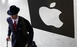 <p>Apple a convoqué les médias pour le 2 mars afin de présenter la prochaine version de l'iPad, se préparant ainsi à affronter une concurrence féroce sur le marché en forte croissance des tablettes tactiles. /Photo d'archives/REUTERS/Suzanne Plunkett</p>