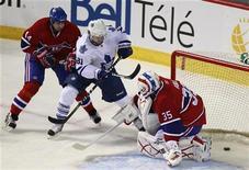 """<p>Игрок """"Торонто"""" Фил Кессел забрасывает шайбу в ворота """"Монреаля"""" в Монреале 24 февраля 2011 года. В ходе канадского дерби, состоявшегося в четверг в рамках регулярного чемпионата Национальной хоккейной лиги (НХЛ), """"Торонто"""" оказался сильнее своего старейшего соперника """"Монреаля"""" и смог выиграть со счетом 5-4. REUTERS/Christinne Muschi</p>"""