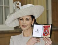 <p>Кэтрин Зета-Джонс показывает Орден Британской империи, 24 февраля 2011 года. Голливудская актриса Кэтрин Зета-Джонс стала кавалером Ордена Британской империи, получив почетную награду в четверг в королевском Букингемском дворце из рук принца Чарльза. REUTERS/John Stillwell/Pool</p>