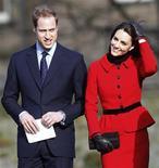 <p>O príncipe William e sua noiva Kate Middleton sorriem durante visita à St. Andrews University em Fife, Escócia, 25 de fevereiro de 2011. REUTERS/Danny Lawson/Pool</p>