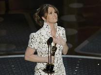 """<p>Melissa Leo recebe o Oscar de atriz coadjuvante pelo filme """"O Vencedor"""". 27/02/2011 REUTERS/Gary Hershorn</p>"""