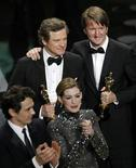 <p>Melhor ator, Colin Firth, e melhor diretor, Tom Hooper, seguram seus Oscar no encerramento da cerimônia de entrega dos prêmios em Hollywood. 27/02/2011 REUTERS/Gary Hershorn</p>