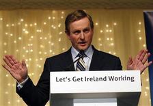 <p>Лидер партии Фине Гэл (Fine Gael) Энда Кенни выступает в Дублине, 26 феврвля 2011 года. Крупнейшая оппозиционная партия Ирландии сообщила, что экстренно начнет переговоры о формировании нового правительства в понедельник после внушительной победы на выборах и попробует смягчить условия предоставления стране финансовой помощи. REUTERS/Darren Staples</p>