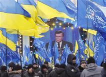 """<p>Сторонники президента Украины Виктора Януковича стоят во время телеобращения в центре Киева, 25 февраля 2011 года. Виктор Янукович за год у власти вернул Украину в """"дооранжевую"""" эпоху Леонида Кучмы, отстроил заново вертикаль власти, задвинул противников на галерку политической жизни и в СИЗО, помирился с Россией и прекратил бардак во власти. В ответ он получил растущую апатию избирателей, недовольство беднеющего населения и упреки поборников гражданских свобод на Западе. REUTERS/Gleb Garanich</p>"""