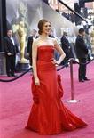<p>Atriz e apresentadora dos Oscars, Anne Hathaway, chega à cerimônia de entrega dos prêmios, em Hollywood. 27/02/2011 REUTERS/Mario Anzuoni</p>