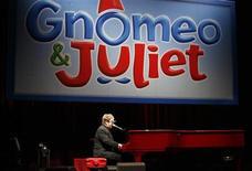 """<p>Элтон Джон выступает на премьере фильма """"Гномео и Джульетта"""" в Голливуде 23 января 2011 года. Анимационный фильм в формате 3D """"Гномео и Джульетта"""" поднялся на две строчки в североамериканском прокате за прошедшие выходные, захватив лидерство. REUTERS/Jason Redmond</p>"""