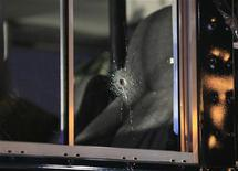 <p>Пулевое отверстие в окне автобуса, перевозившего американских солдат, 2 марта 2011 года. Два американских летчика были застрелены вечером в среду в аэропорту Франкфурта-на-Майне, сообщили немецкие власти. REUTERS/Wolfgang Rattay</p>