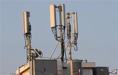 <p>Free va lancer ses premières offres de téléphonie mobile début 2012, après avoir bouclé une étape cruciale en signant avec Orange un accord d'itinérance sur ses réseaux de deuxième et troisième générations (2G et 3G). /Photo d'archives/REUTERS/Eric Gaillard</p>