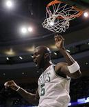 """<p>Игрок """"Бостона"""" Кевин Гарнетт во время матча против """"Финикса"""" в Бостоне 2 марта 2011 года. Форвард """"Бостона"""" Кевин Гарнетт набрал 28 очков, что позволило его команде обойти """"Финикс"""" со счетом 115-103 в матче Национальной баскетбольной ассоциации (НБА) в среду. REUTERS/Brian Snyder</p>"""