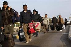 <p>Foreign workers cross the frontier to Tunisia, Libya March 3, 2011. REUTERS/Ahmed Jadallah</p>