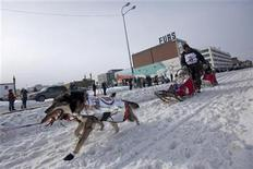 <p>Reigning Iditarod champion Lance Mackey and his team charge down the trail just after the ceremonial start of the Iditarod Trail Sled Dog Race in Anchorage, Alaska, March 6, 2010. REUTERS/Nathaniel Wilder</p>