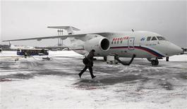 <p>Мужчина пробегает мимо самолета АН-148 на взлетно-посадочной полосе в Пулково, 24 декабря 2009 года. Пассажирский самолет АН-148 упал в субботу в Белгородской области во время летных испытаний, все шесть человек на борту погибли, сообщило МЧС России. REUTERS/Alexander Demianchuk</p>