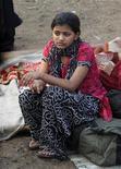 """<p>Rubina Ali, quien apareció en el filme """"Slumdog Millionaire"""", en los restos del poblado Gharib Nagar en Mumbai, mar 5 2011. Un incendio en un barrio pobre de Mumbai destruyó la casucha de la pequeña actriz de la película ganadora del premio Oscar """"Slumdog Millionaire"""" Rubina Ali, dejando a su familia sin hogar, dijo la niña. REUTERS/Danish Siddiqui</p>"""