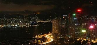 <p>A night view of the Victoria Harbour from Hong Kong's Causeway Bay, on a rainy evening, December 15, 2009. REUTERS/Tim Chong</p>