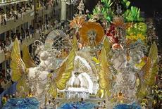 <p>A São Clemente foi a primeira escola a desfilar neste domingo no Rio de Janeiro. REUTERS/Sergio Moraes</p>