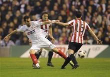 <p>Alvaro Negredo (esquerda), do Sevilla, e Andoni Iraola (direita), do Athletic de Bilbao, competem pela bola durante partida do Campeonato Espanhol em Bilbao, Espanha. 06/03/2011 REUTERS/Felix Ordonez</p>