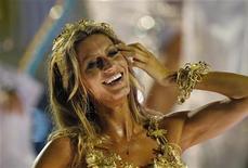 <p>Modelo Gisele Bundchen dança sobre carro da Unidos da Vila Isabel no Carnaval do Rio de Janeiro. 06/03/2011 REUTERS/Ueslei Marcelino</p>
