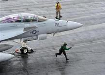 <p>Американский самолет F/A-18F на базе в Черном море, 7 марта 2011 года. США уверены, что создание свободной от полетов зоны над охваченной массовыми народными волнениями Ливией может стать инициативой лишь ООН, а не Белого дома, сообщила государственный секретарь Хилари Клинтон. REUTERS/US Navy/Mass Communication Specialist Seaman Jared M. King/Handout</p>