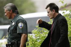 <p>Чарли Шин (справа) выходит из здания суда в Аспене, штат Колорадо, 2 августа 2010 года. Полиция Лос-Анджелеса обыскала в четверг дом Чарли Шина по подозрению в незаконном хранении огнестрельного оружия, но нашла только пули и старинную винтовку, сказал адвокат Шина. REUTERS/Rick Wilking</p>