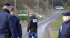 <p>Французская полиция патрулирует дорогу к дому, где были задержаны четыре члена организации ЭТА, 11 марта 2011 года. Французская полиция арестовала четырех членов баскской радикальной организации сепаратистов ЭТА, включая подозреваемого военачальника, сообщили испанские СМИ. REUTERS/Pascal Rossignol</p>