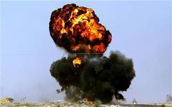 <p>Автомобиль повстанца, взорванный солдатами, защищающими лидера Ливии Муаммара Каддафи , 10 марта 2011 года. Ливийские повстанцы отступили от нефтяного порта Рас-Лануф, перенеся рубеж обороны на 15-20 километров восточнее, при этом в самом городе продолжаются бои между мятежными силами и лояльными лидеру страны Муаммару Каддафи войсками. REUTERS/Goran Tomasevic</p>