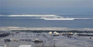 <p>Цунами приближается к городу Натори 11 марта 2011 года. Предупреждение о возможности прихода цунами было распространено по всему Тихоокеанскому бассейну за исключением материковых США и Канады в пятницу, после сильнейшего землетрясения в Японии, сообщает Тихоокеанский центр предупреждения о цунами США (PTWC). REUTERS/KYODO</p>