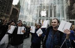 <p>Des clients brandissent leur nouvel iPad 2 à la sortie de l'Apple Store de la Cinquième avenue, vendredi à New York. Apple aurait vendu un million d'exemplaires de sa nouvelle tablette numérique durant le premier week-end de commercialisation aux Etats-Unis, selon des analystes. /Photo prise le 11 mars 2011/REUTERS/Lucas Jackson</p>