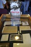 <p>Cartas e fotos, parte do Arquivo Albert Einstein, são expostas na Universidade Hebraica de Jerusalém, em julho de 2006. Segundo a Universidade, o arquivo será disponibilizado na Internet dentro de um ano. 10/07/2006 REUTERS/Ammar Awad</p>