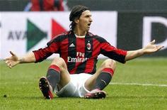 <p>Zlatan Ibrahimovic, do Milan, reclama do Bari em partida da Série A italiana, em Milão, Itália, em 13 de março de 2011. O sueco não disputará o decisivo contra o Inter de Milão. 13/03/2011 REUTERS/Alessandro Garofalo</p>