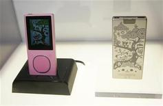 <p>An engraved Zune Media Player is displayed during the Consumer Electronics Show (CES) in Las Vegas, Nevada January 8, 2008. REUTERS/Steve Marcus</p>