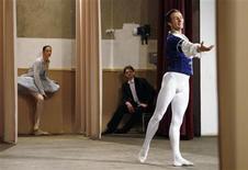 <p>Foto de archivo del solista del ballet Bolshoi Yan Godovsky (derecha en la imagen) durante una presentación en un orfanato en Sapozhok, Rusia, mayo 12 2008. La famosa compañía de ballet Bolshoi de Rusia ha nombrado al solista de larga trayectoria Yan Godovsky como su nuevo director, después de que su antecesor se vio involucrado en un escándalo con fotos eróticas. REUTERS/Denis Sinyakov</p>