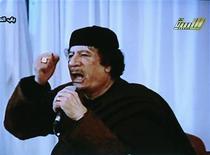 <p>Лидер Ливии Муаммар Каддафи выступает на государственном телеканале 15 марта 2011 года. Войска лидера Ливии Муаммара Каддафи продвинулись ближе к оплоту повстанцев городу Бенгази и предложили его защитникам сложить оружие. REUTERS/LIBYIAN TV via Reuters TV</p>