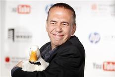 <p>Comediante Gilbert Gottfried chega com um pato nos Webby Awards em Nova York, em junho de 2010. Gottfried pediu desculpas na terça-feira por uma série de piadas sobre o terremoto e o tsunami no Japão que contou no Twitter. 14/06/2010 REUTERS/Lucas Jackson</p>