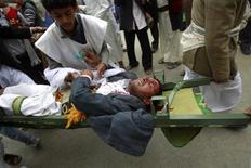 <p>Санитары несут на носилках раненого демонстранта в Сане 18 марта 2011 года. Силы безопасности Йемена открыли огонь по участникам антиправительственных акций протеста, убив по меньшей мере десятерых и ранив 50 человек после пятничной молитвы в столице страны Сане, сообщили источники в медицинских кругах и очевидцы инцидента. REUTERS/Khaled Abdullah</p>